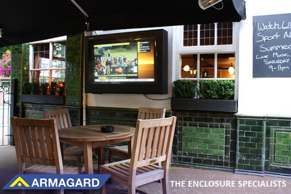 Instalacja telewizora na zewnątrz  to rosnący trend w pubach i barach.