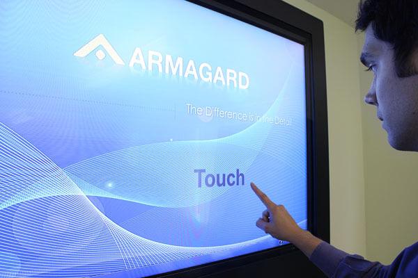 Digital signage monitor dotykowy w użyciu