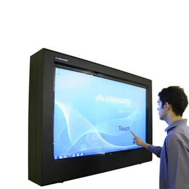 Pełny wgląd PDS obudowie z Digital signage monitor dotykowy w pracy