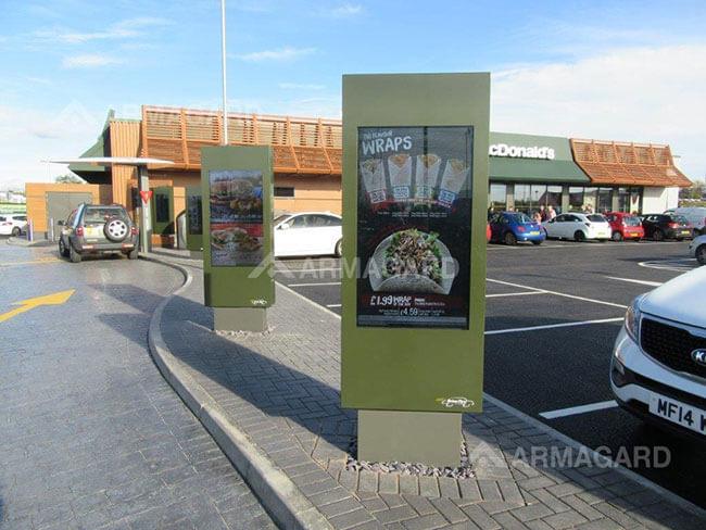Digital Signage totem w barach szybkiej obsługi in zdjecie z instalacji