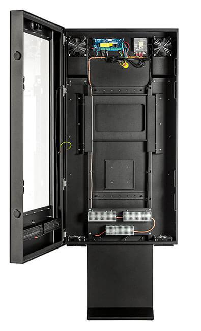 Digital Signage totem w barach szybkiej obsługi z otwartymi drzwiami