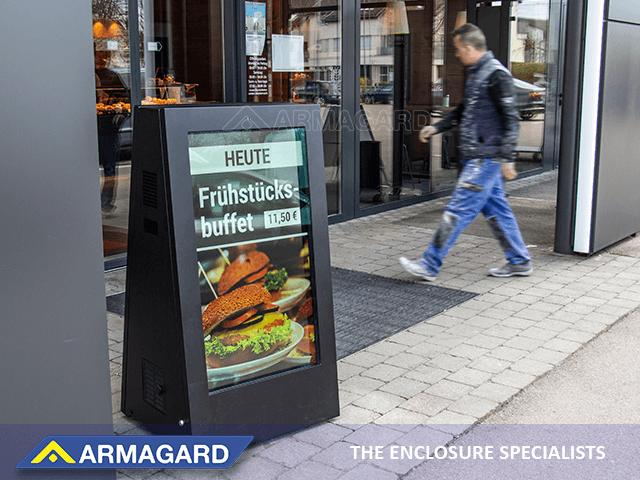 Interaktywny kiosk cyfrowy potykacz ustawiony przed restauracja