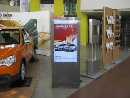 Kiosk multimedialny idealny do uzytku w salonach samochodowych