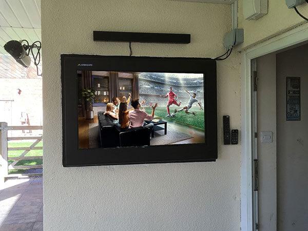 'Obudowa LCD digital signage wewnątrz ściany'