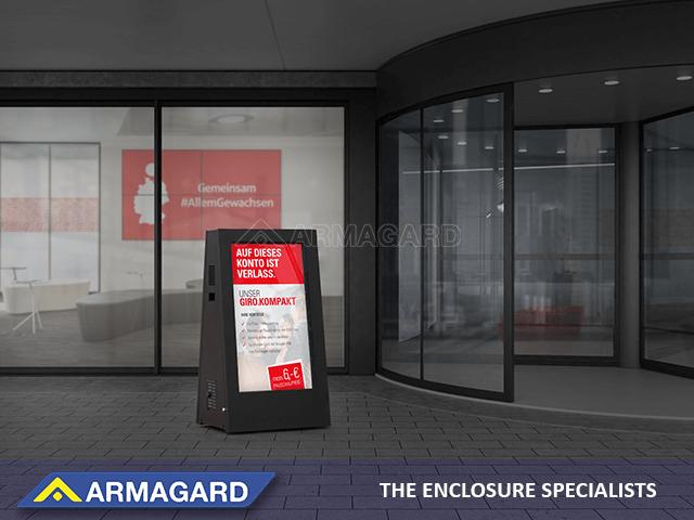 Potykacz dwustronny digital postawiony przed bankiem
