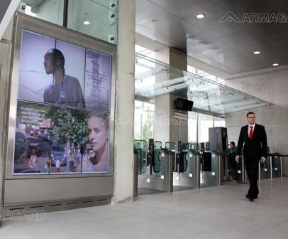'Digital Signage Kolejka Liniowa Emirates w Londynie'