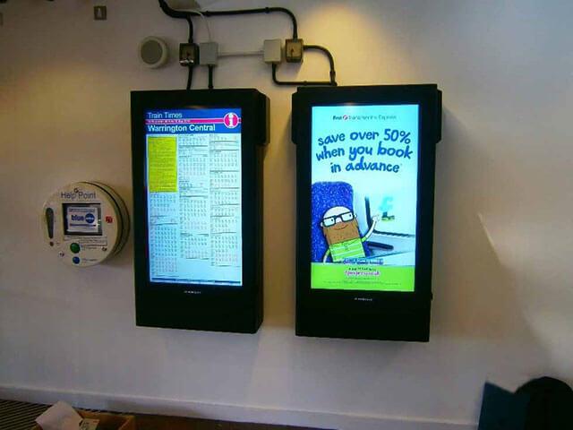 digital signage w akcji na stacji kolejowej Warrington
